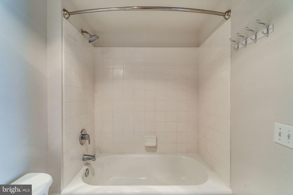 Tub/Shower - Neutral - 880 N POLLARD ST #602, ARLINGTON