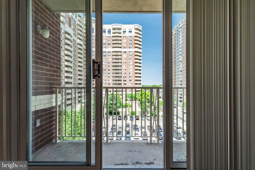 Balcony to catch the breezes. - 880 N POLLARD ST #602, ARLINGTON