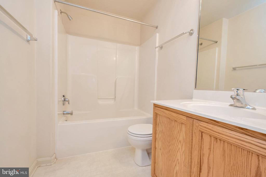 Upstairs Hallway Full Bath - 175 ROPER DR, BOWLING GREEN