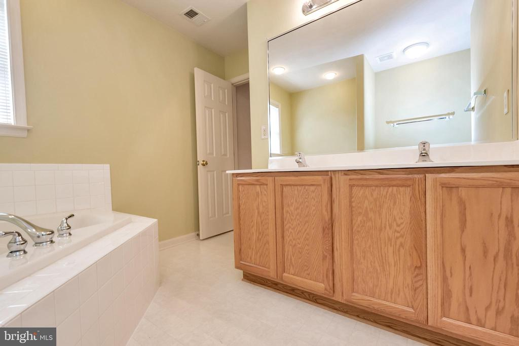 Master Bath Dual Vanities - 175 ROPER DR, BOWLING GREEN