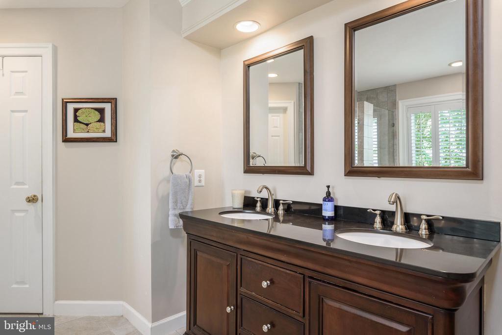 Updated Master bath with dual sinks - 43365 WAYSIDE CIR, ASHBURN