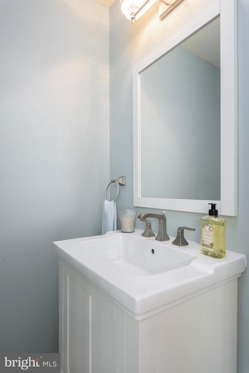 Powder bath on main level - 43365 WAYSIDE CIR, ASHBURN