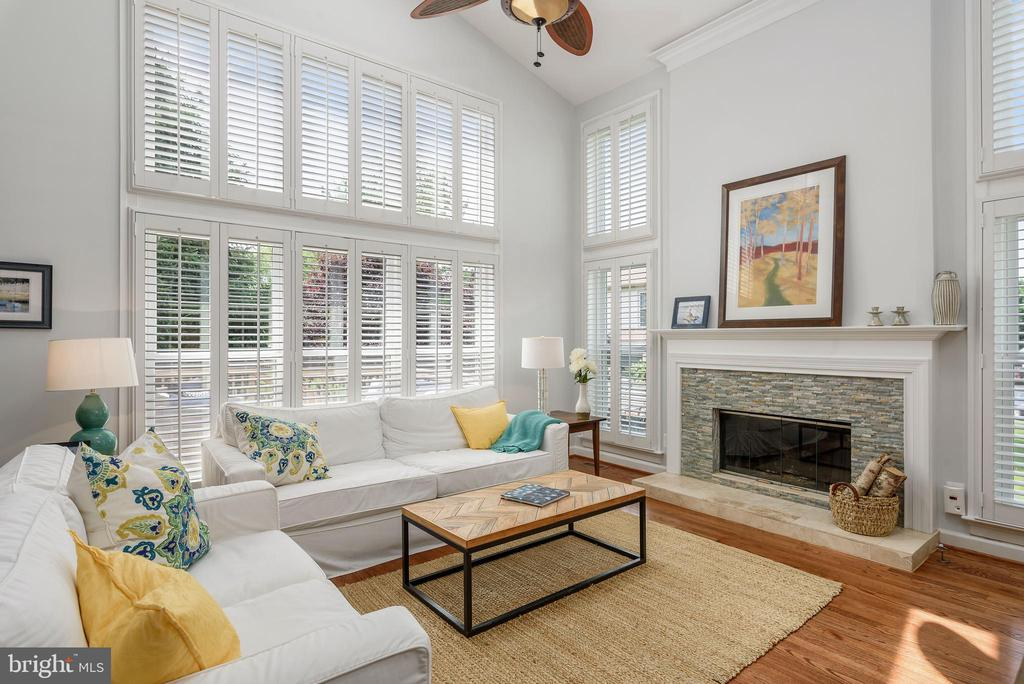 Soaring 2 story vaulted ceiling in family room - 43365 WAYSIDE CIR, ASHBURN
