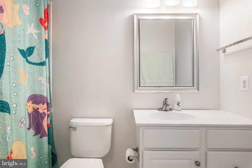 Upper level bath - 43365 WAYSIDE CIR, ASHBURN