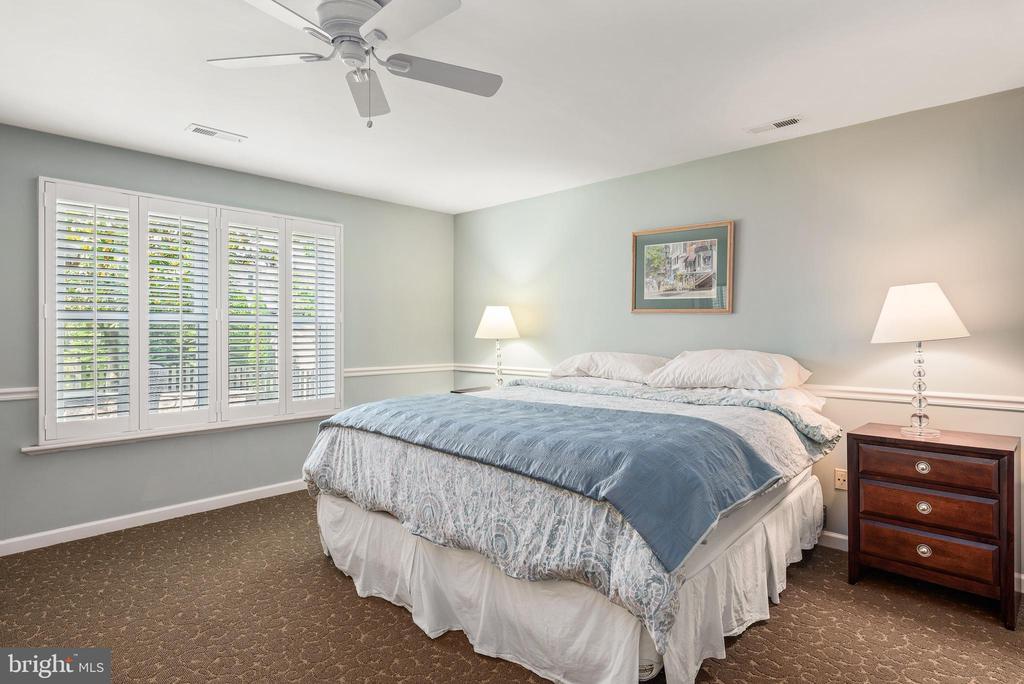5th bedroom on lower level with plantation shutter - 43365 WAYSIDE CIR, ASHBURN