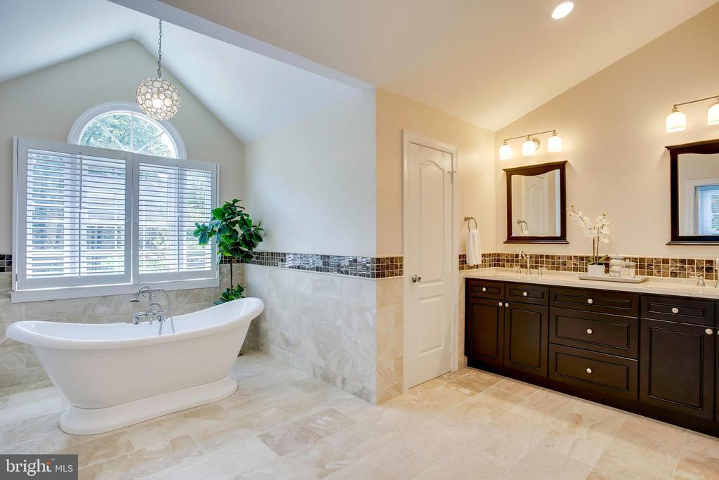 Luxurious remodeled master bath - 1298 STAMFORD WAY, RESTON