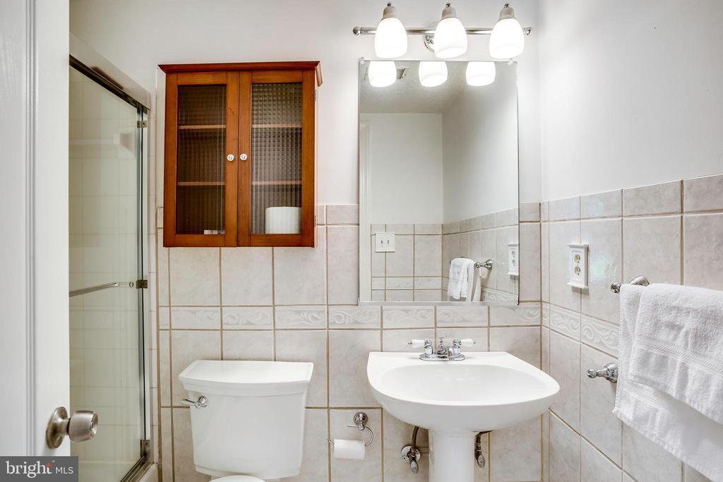 Lower level full bath - 1298 STAMFORD WAY, RESTON