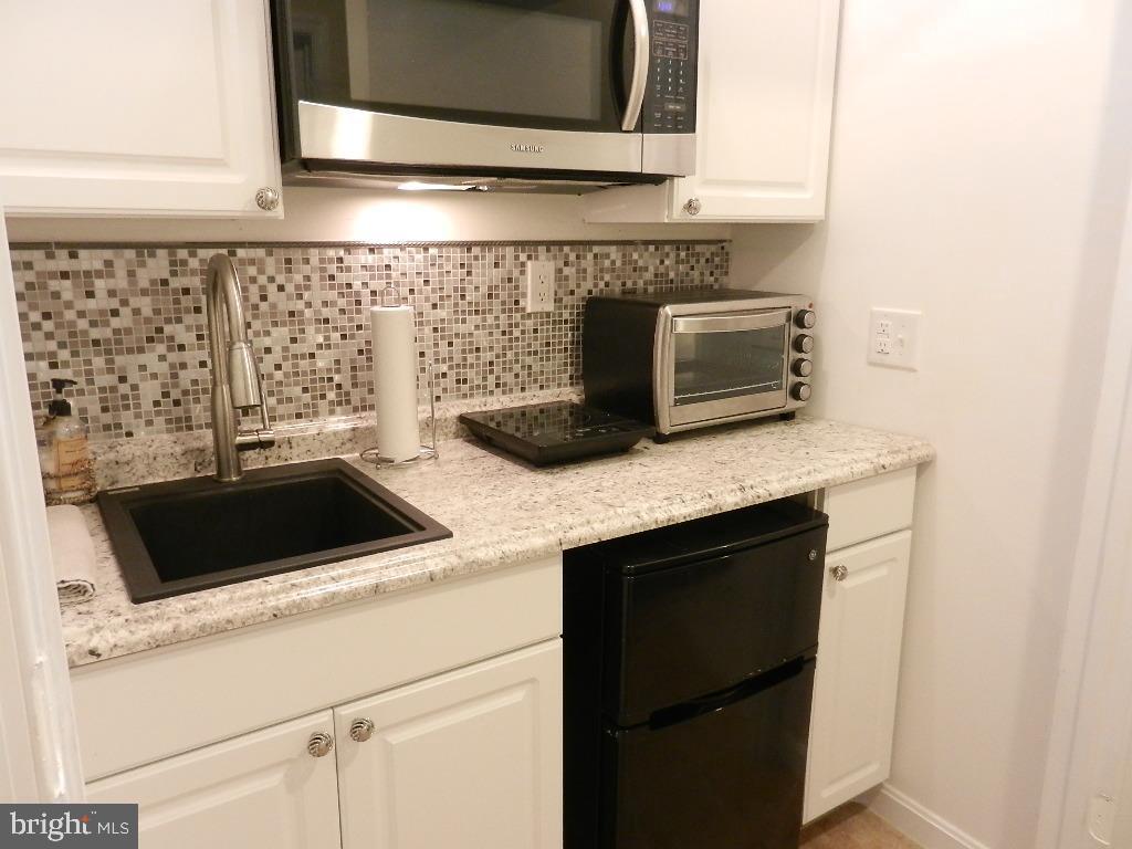 Lower level kitchen - 21106 JOSEPH TER, STERLING