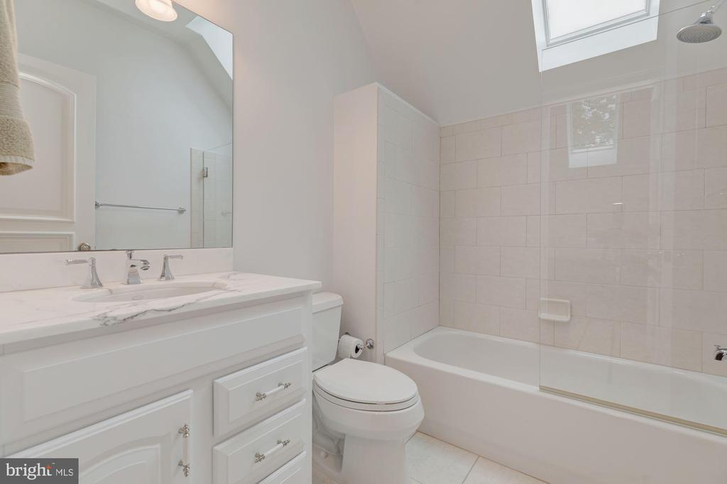 Third Level Full Bath - 916 MACKALL AVE, MCLEAN