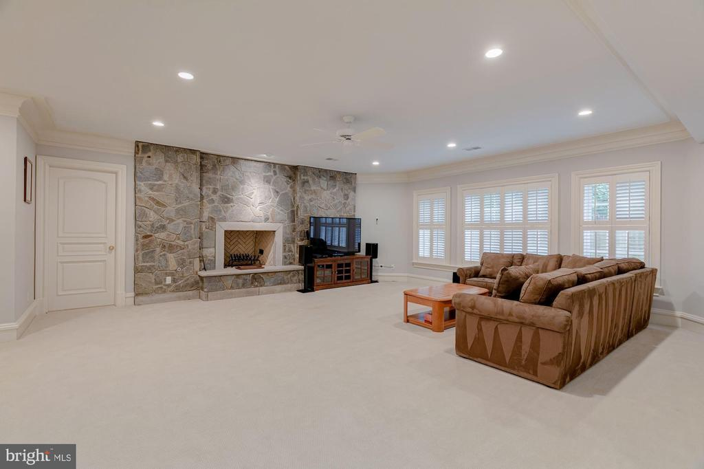 Recreation Room with fireplace - 916 MACKALL AVE, MCLEAN