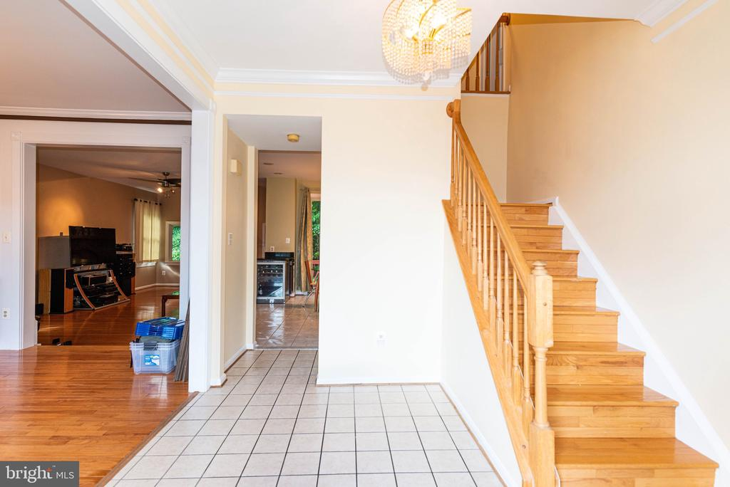 Foyer leading to kitchen and living room - 8225 BAYBERRY RIDGE RD, FAIRFAX STATION