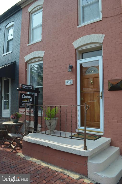 Beautiful brick front row home - 235 W 5TH ST, FREDERICK