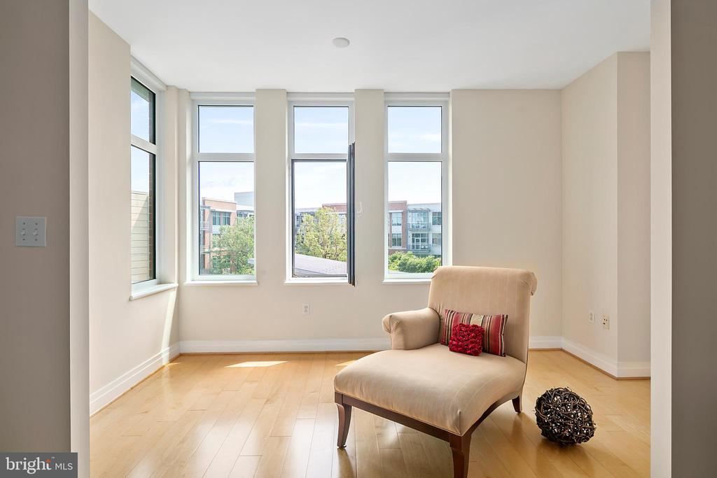 Year around sun room with great views - 8220 CRESTWOOD HEIGHTS DR #514, MCLEAN