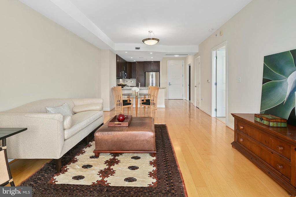 Living room - 8220 CRESTWOOD HEIGHTS DR #514, MCLEAN