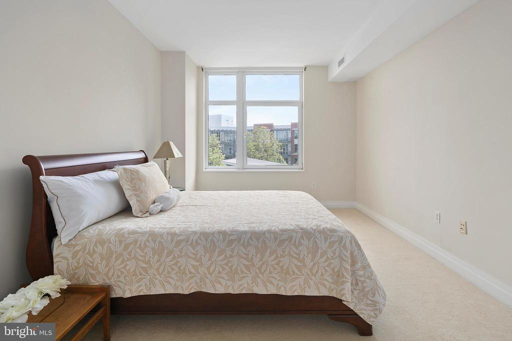 Windows in unit open and close - 8220 CRESTWOOD HEIGHTS DR #514, MCLEAN