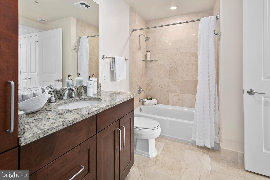 Full bath accessed from living space and bedroom - 8220 CRESTWOOD HEIGHTS DR #514, MCLEAN