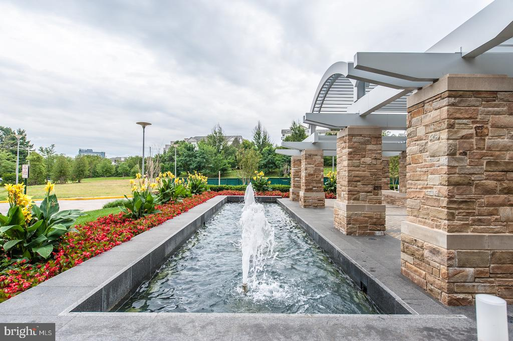 Community grounds - 8220 CRESTWOOD HEIGHTS DR #514, MCLEAN
