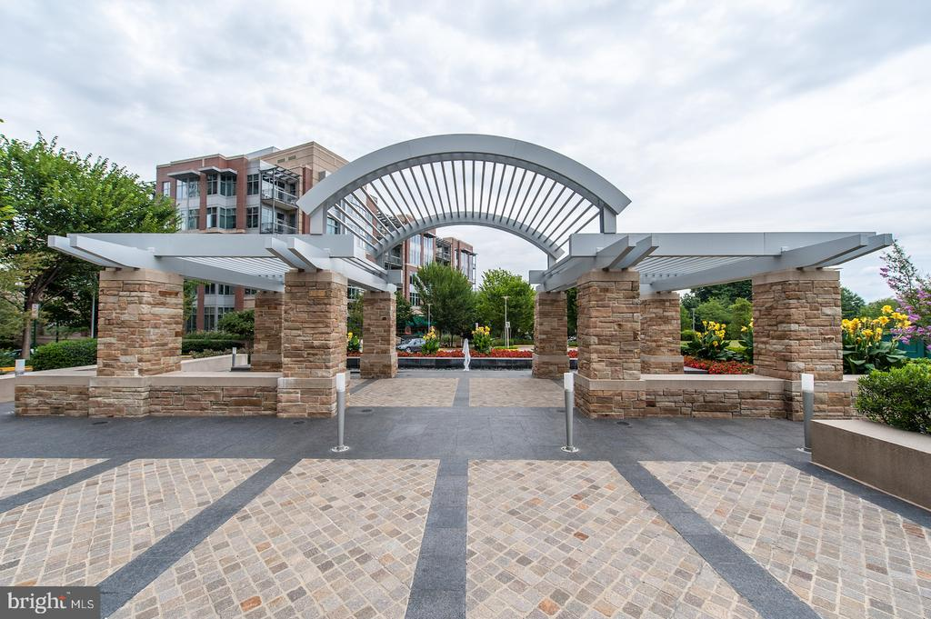 Community out door space - 8220 CRESTWOOD HEIGHTS DR #514, MCLEAN