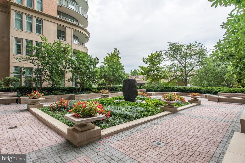 Courtyard - 8220 CRESTWOOD HEIGHTS DR #514, MCLEAN