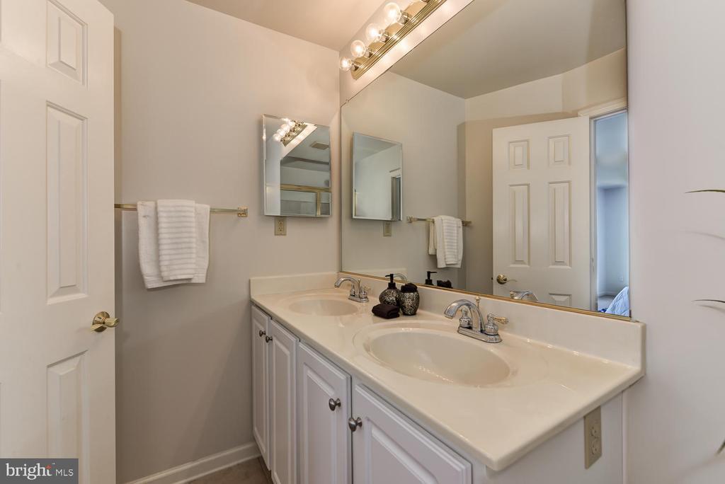 Master bathroom with double vanity - 2035 PIERIS CT, VIENNA