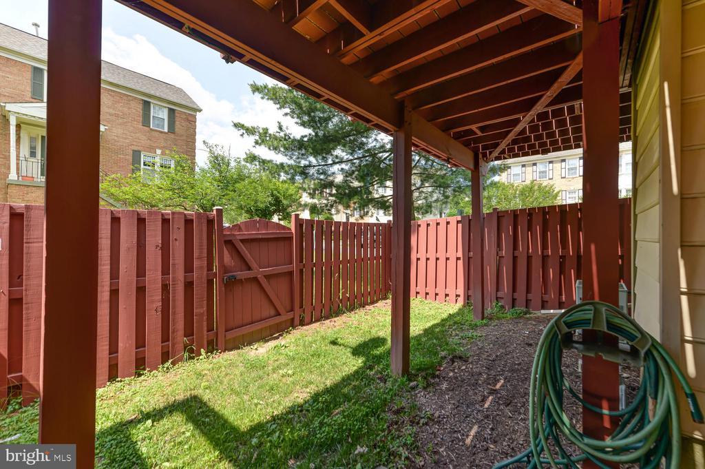 Fenced in backyard - 2035 PIERIS CT, VIENNA