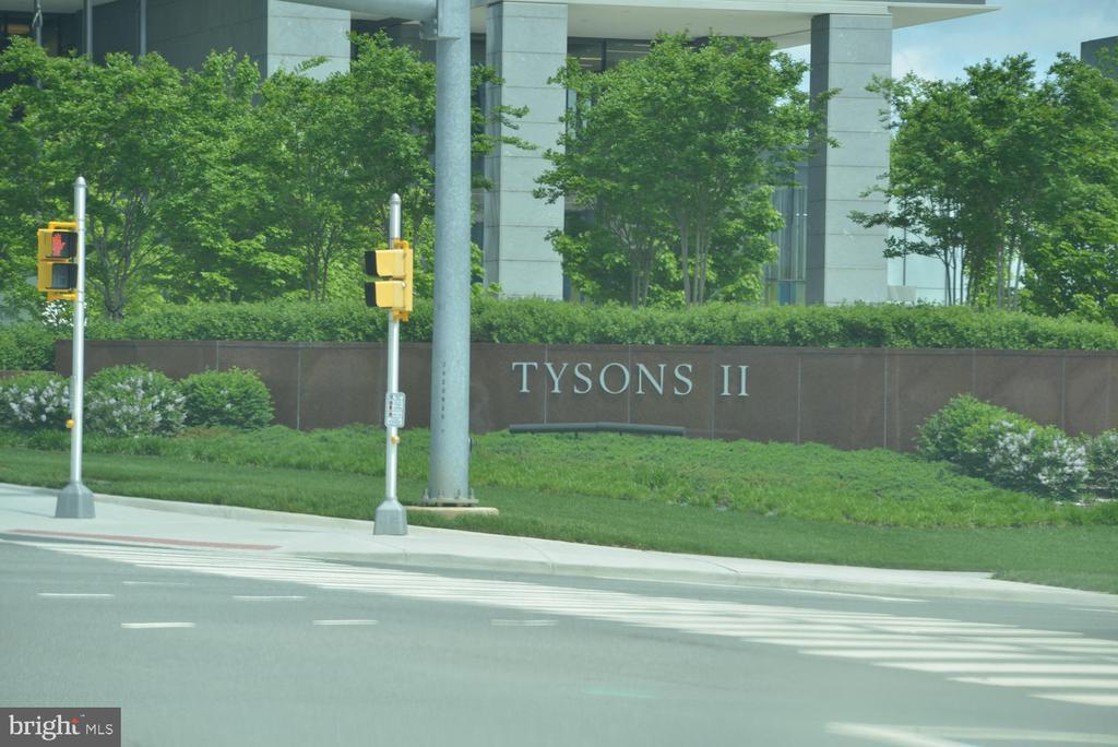 Minutes away from Tysons Galleria - 2035 PIERIS CT, VIENNA