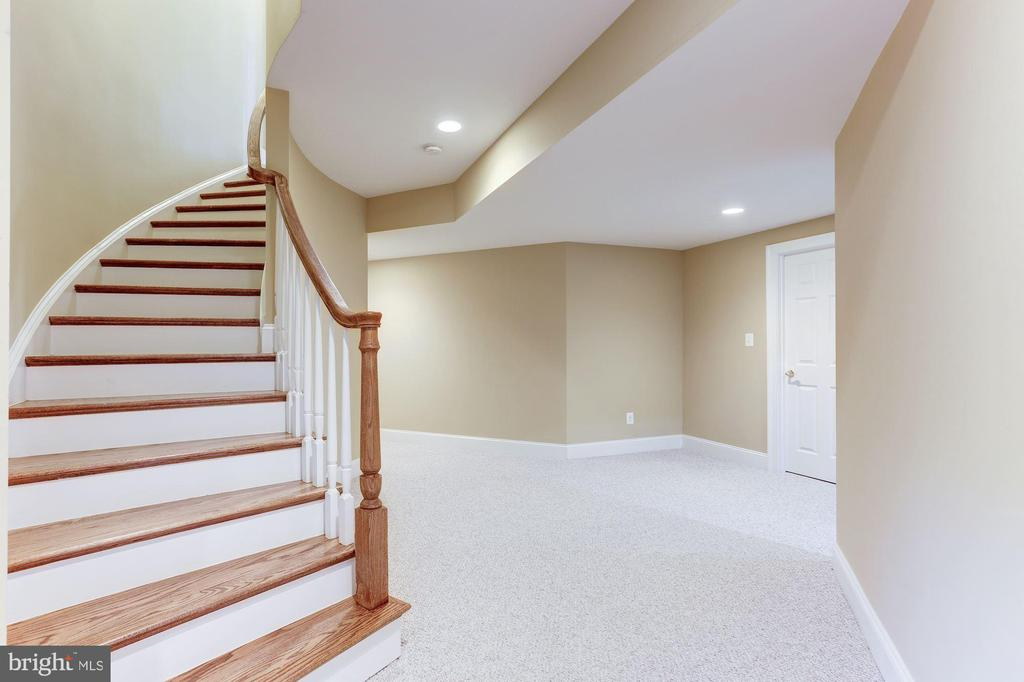 Curved Oak Staircase to Lower Level - 16323 HUNTER PL, LEESBURG