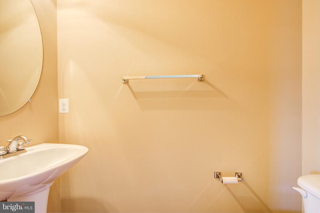 Main Level Half Bath - 15530 GERMANTOWN RD, GERMANTOWN