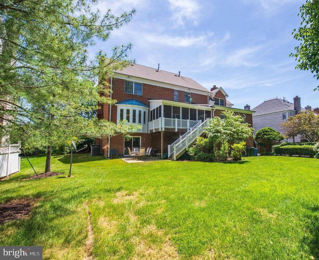Screened porch AND sun room overlooking 1/2 acre - 9496 LYNNHALL PL, ALEXANDRIA