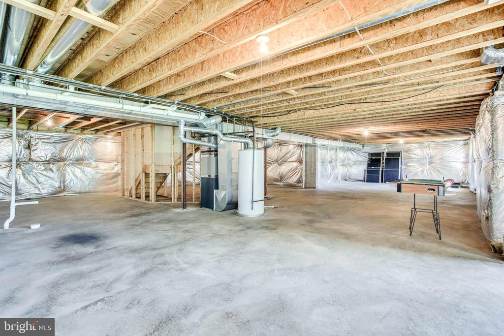 Unfinished, walk-out lower level - 11121 TOMMYE LN, RESTON