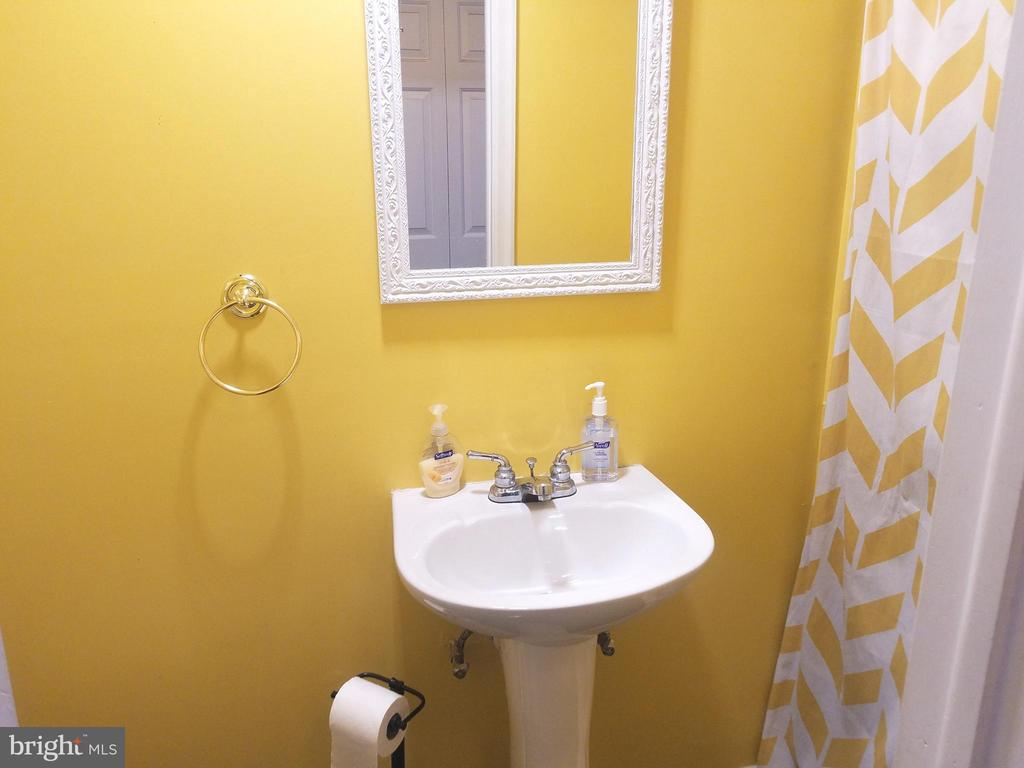 Half bathroom - 22369 STABLEHOUSE DR, STERLING