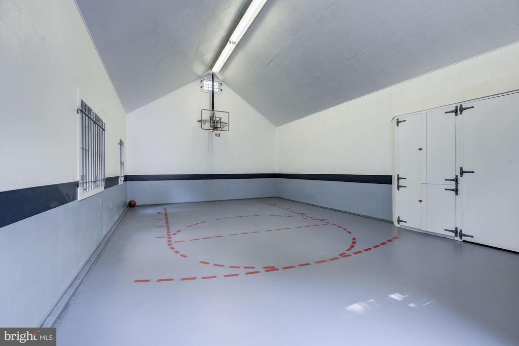 Garage/basketball court 756 sq.ft space for 4+cars - 11019 KENILWORTH AVE, GARRETT PARK
