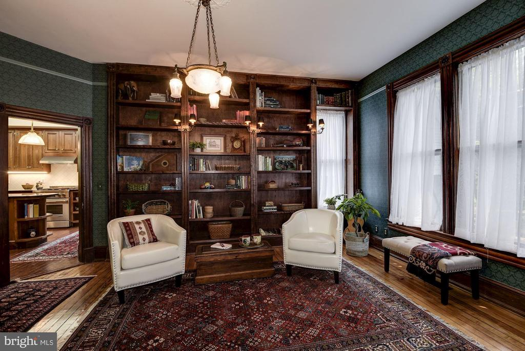 Cozy library with built-in bookcases - 11019 KENILWORTH AVE, GARRETT PARK