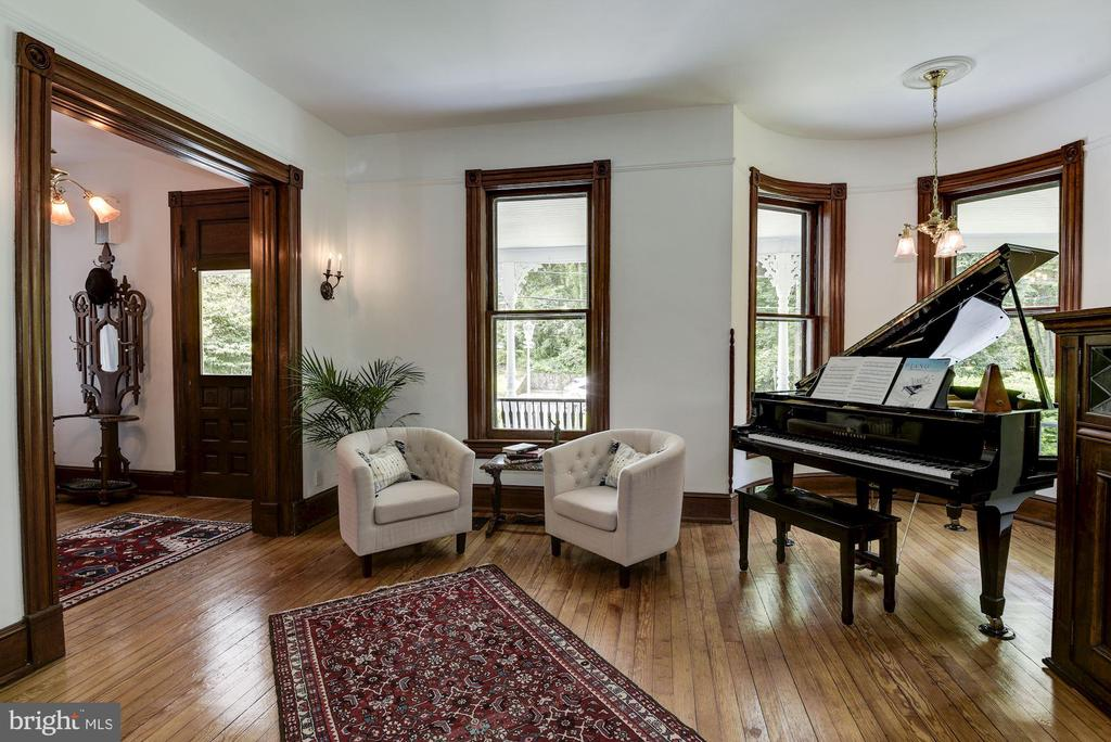 Living room with large bay window - 11019 KENILWORTH AVE, GARRETT PARK