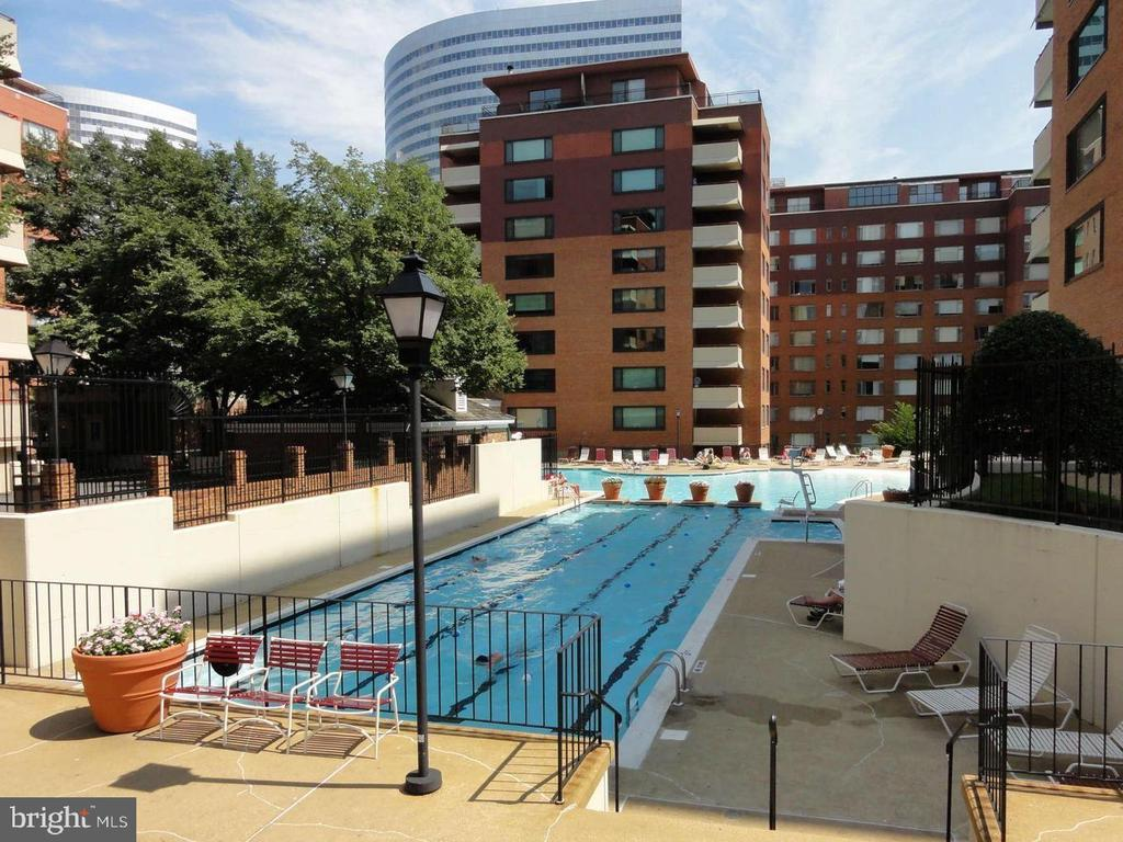 Resort-style pool.... - 1121 ARLINGTON BLVD #405, ARLINGTON