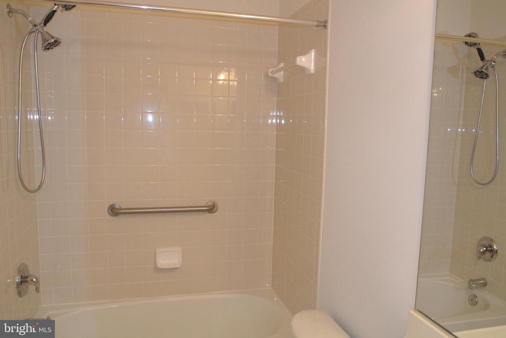 Hall bath - 96 HARBORTON LN, FREDERICKSBURG