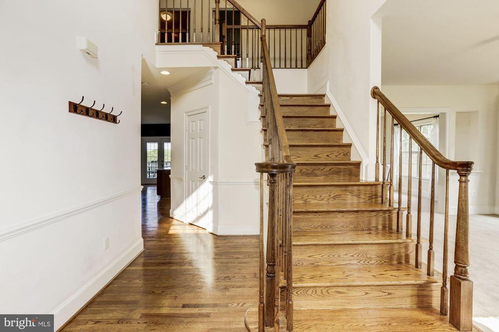 Open 2 story foyer with hardwood floors - 8823 BARN OWL CT, GAINESVILLE