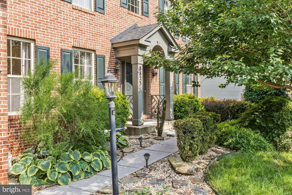 Lovely landscaped entrance. - 8823 BARN OWL CT, GAINESVILLE