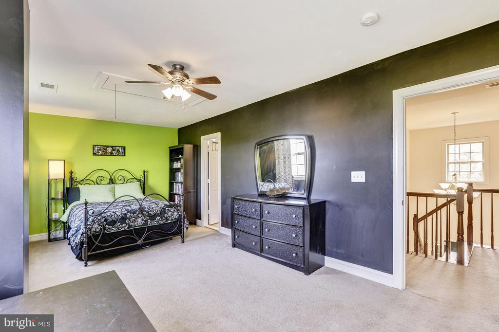 extra large bedroom with attached Jack n Jill bath - 8823 BARN OWL CT, GAINESVILLE