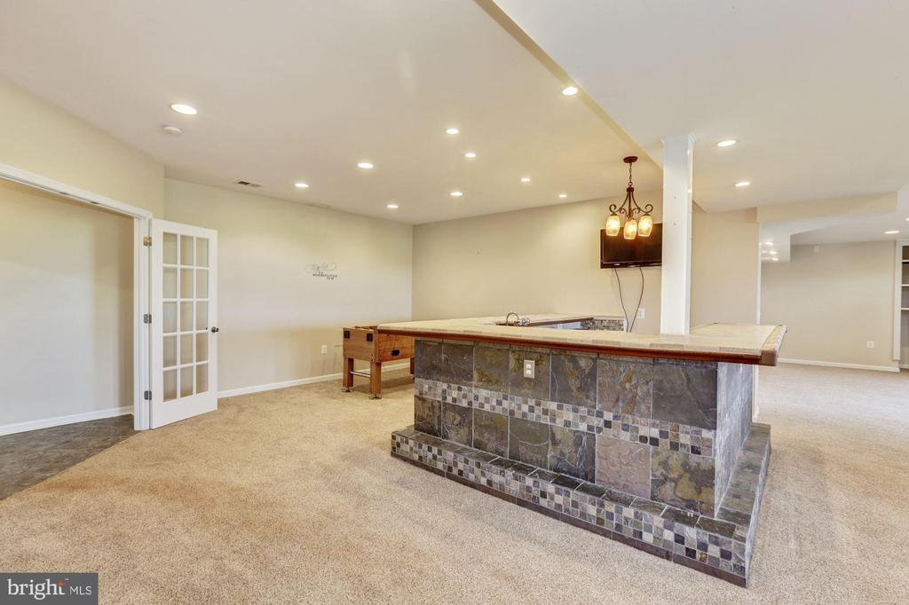 Huge finished basement has great bar space - 8823 BARN OWL CT, GAINESVILLE