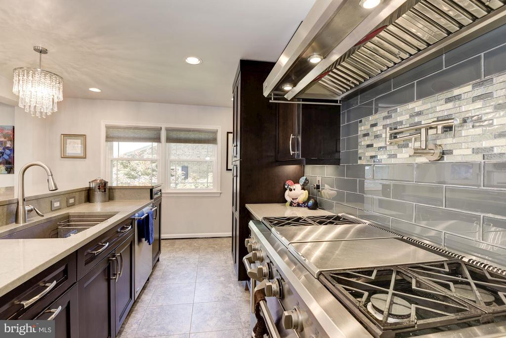 Large Chef's Kitchen w Commercial Stove and Hood - 905 N HOWARD ST, ALEXANDRIA