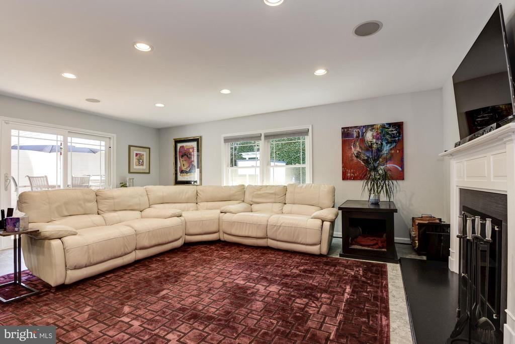 Large Family Room Open to Kitchen - 905 N HOWARD ST, ALEXANDRIA