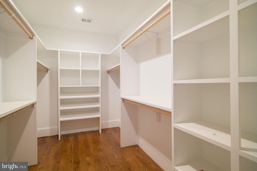 organized closet in master bedroom - 2320 N VERNON ST, ARLINGTON