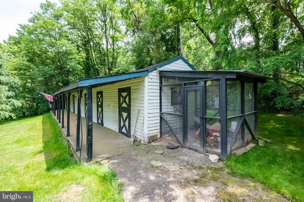 7 stall stable with a chicken coop & chickens - 9587 BRONTE DR, BURKE