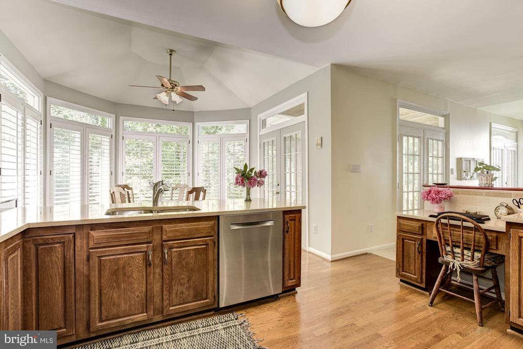 Bright & Open Kitchen - 21099 RAINTREE CT, ASHBURN