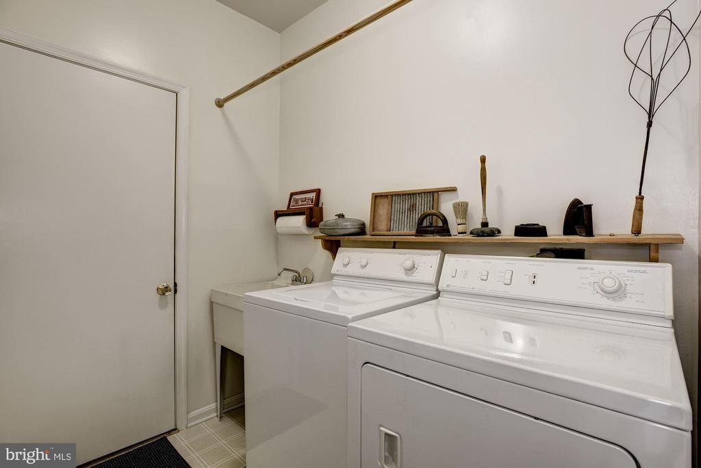 Main Level Laundry/Mud Room off of Garage to FR - 21099 RAINTREE CT, ASHBURN