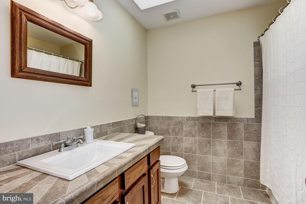 Upstairs Updated Full Bath with Tub & Shower - 21099 RAINTREE CT, ASHBURN