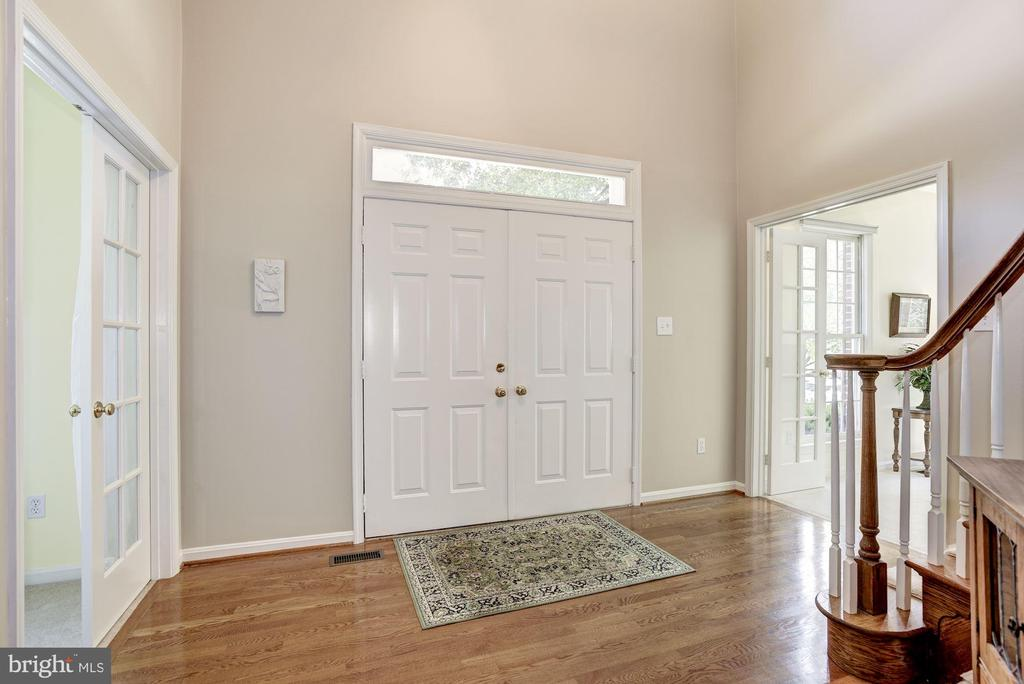 Bright Open Foyer with Beautiful Hardwood Floors - 21099 RAINTREE CT, ASHBURN