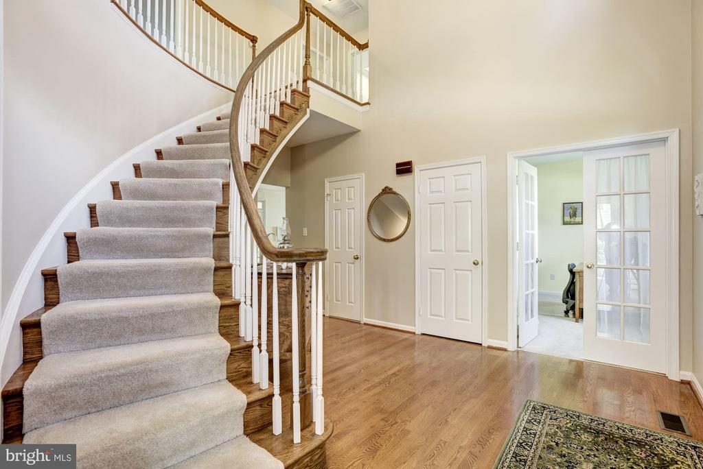 Foyer with Open Staircase - 21099 RAINTREE CT, ASHBURN
