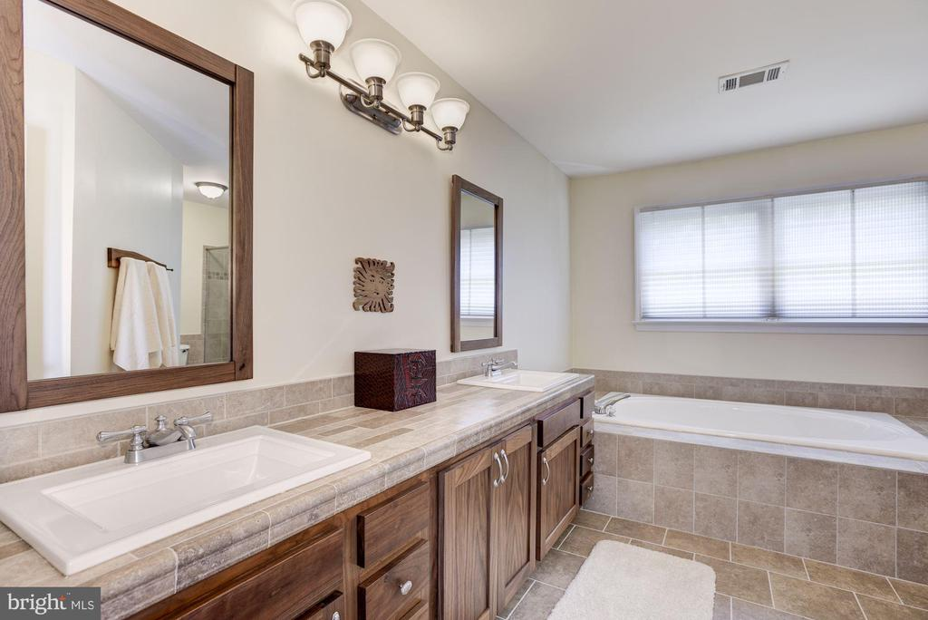 Updated Master Bath with Double Sink - 21099 RAINTREE CT, ASHBURN